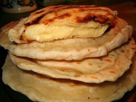 Chaczapuri: Chaczapuri - placki z nadzieniem,bardzo smaczne,sycące,warto poświęcić dla nich...