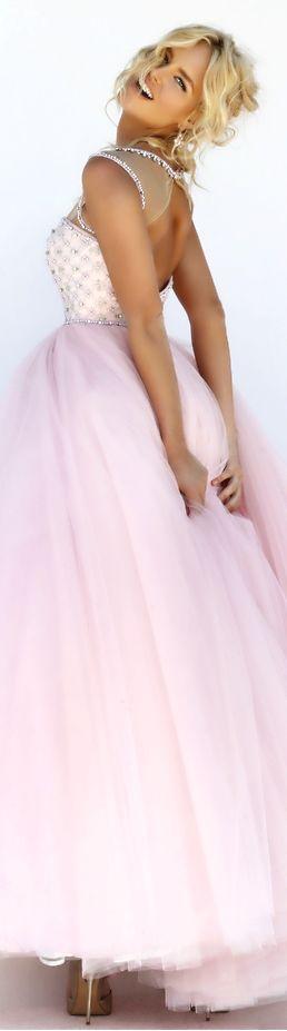 una bellesa de vestido de nailo en rosado claro divio fantastico par una gala de alfonbra roja