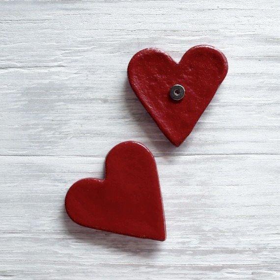 1 uno rosso rustico chic cuore magnete fatto di pasta di sale, colorata con vernice acrilica rossa e verniciato. Cè un piccolo magnete sul lato posteriore.  Ogni cuore è fatto individualmente ed è unico. I pezzi che riceverai potrebbero non apparire esattamente come quelle fotografate, ma in generale sembrano tutti molto vicini. Si prega di aspettare piccole differenze di dimensioni e design da quello raffigurato.  MISURE DI {}  ► Cuori sono circa 2 1/2 X 2 1/2  Questo elenco è per ...