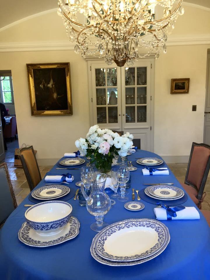 L'une des belles tables pour un dîner au Château : le bleu est à l'honneur !
