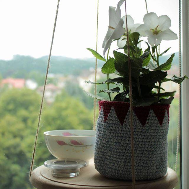 Původně jsem se z nej chtěla radovat sama, ale lepší bude ho darovat. No, kdo by nechtěl?  #hackovani #kvetinac #kvetina #crochet #crochetersofinstagram #yarn #flowers #flowerpot #handmade