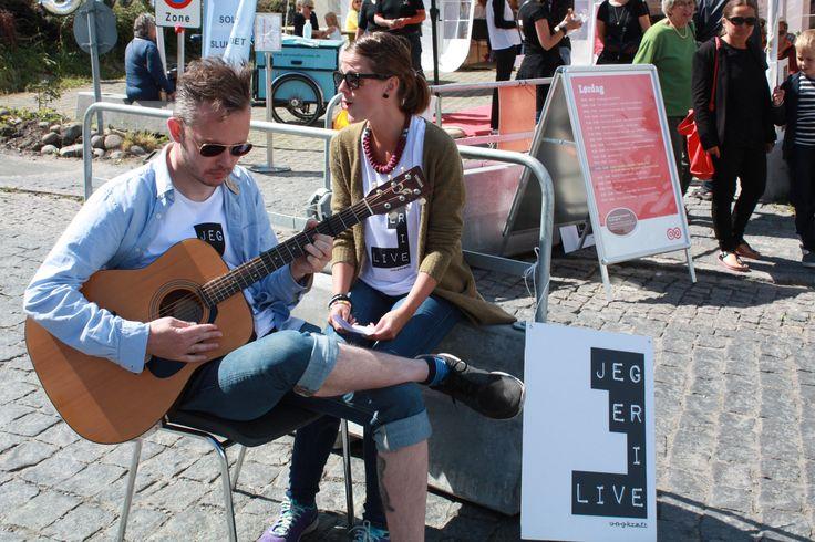 Ole og Sara gør reklame for eftermiddagens pop-up-koncert