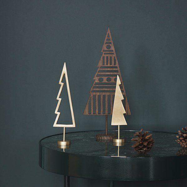 Le noir s'accorde parfaitement avec le bois, d'où sa présence récurrente dans la décoration nordique. Le noir, c'est le moyen de donner un peu plus de caractère à un intérieur scandinave, de manière sobre et élégante, à l'image du style. Par touches ou à travers quelques pièces de mobilier emblématiques (chaises Eames) le noir fait son petit effet dans la décoration. Il est sublimé par le blanc, et par le bois.