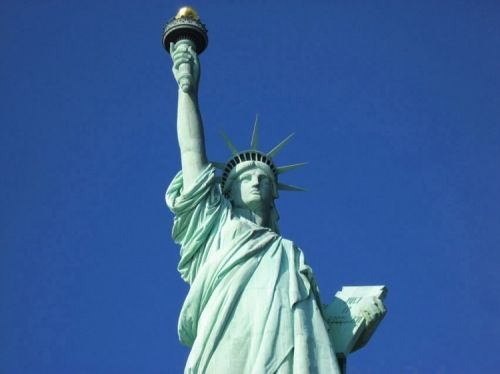 A Estátua da Liberdade é um monumento inaugurado a 28 de outubro de 1886 e construído numa ilha à entrada do Porto de Nova Iorque. O Monumento comemora o centenário da assinatura da Declaração da Independência dos Estados Unidos e é um gesto de amizade da França para com os Estados Unidos. Foi projetada e construída por Frédéric Auguste Bartholdi, que se baseou no Colosso de Rodes . Para a construção da estrutura metálica interna da estátua, Bartholdi contou com a ajuda do Eng francês…