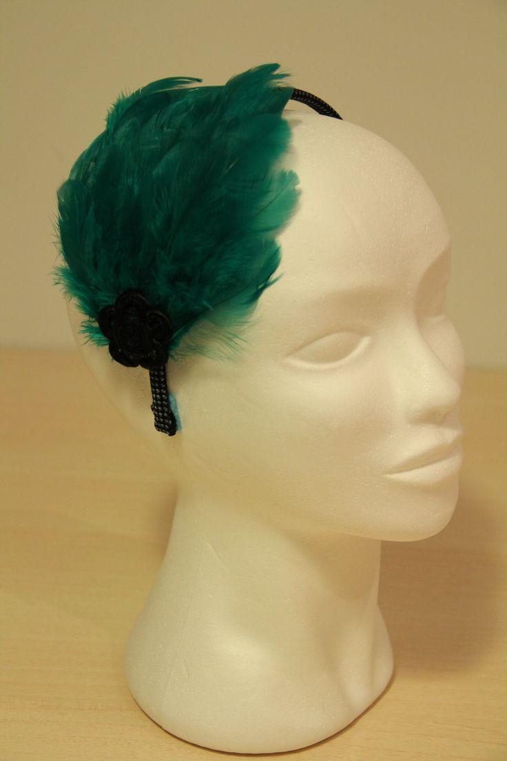 DIADEMA PLUMAS VERDES - Diadema con plumas verdes montadas encima de una base de fieltro en forma de gota. Cordón negro-azul con lurex y aplicación flor negra Precio: € 20