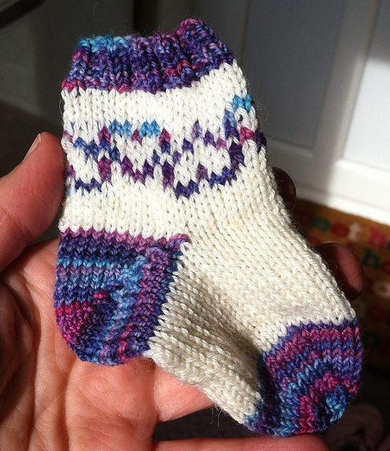 Ravelry: Purple Hearts Baby Socks pattern by Beatrix Knits.  Free pattern with chart for hearts.