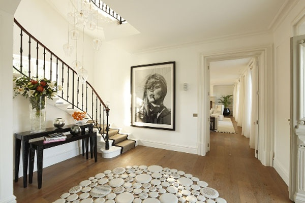 Love this entrance hall with the stunning picture below the staircase ;-)