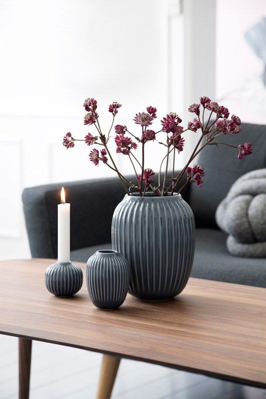 Denne høsten presenterer Kähler i samarbeid med den norske designeren Hans-Christian Bauer en serie med nye, vakre vaser og lysestaker. De karakteristiske Hammershøi-rillene har allerede funnet si…
