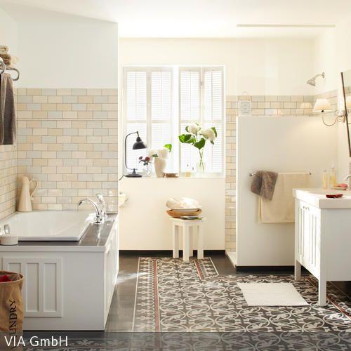 Im hellen Badezimmer herrscht ein stilistischer und farblicher Mix aus Fliesen: Die nostalgischen Bodenfliesen in dunkler Farbe und die pastellfarbenen  …