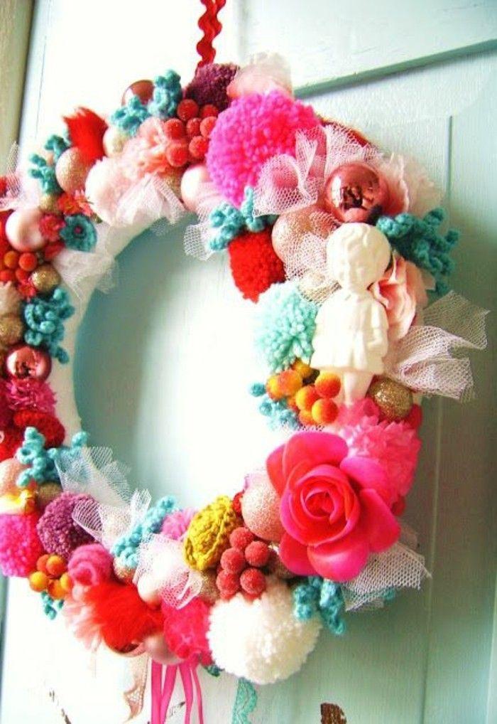 fabriquer un pompon fleur rose guirlande porte boules blanches et roses