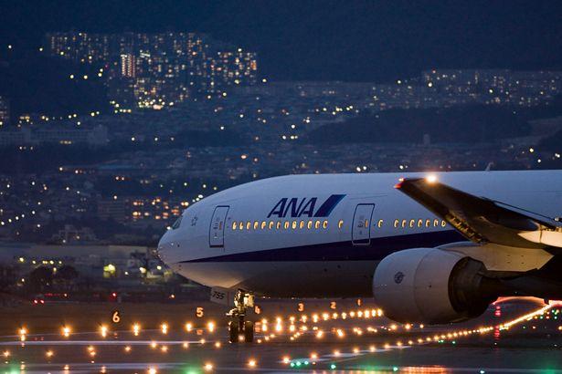 夜の空へ | 乗り物・交通 > 航空機・空港の写真 | GANREF