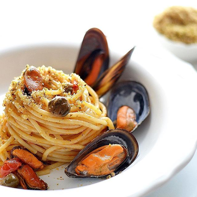 Quasi ora di pranzo, io vi lascio la mia idea di primo piatto estivo #spaghetti con #cozze #capperi e #pomodorini #pachino poi aggiungete una generosa spolverata di pangrattato al #pistacchio e l' #estate è servita 😍🍝 la ricetta la trovate seguendo il link sulla mia bio. #zagaraecedro #ifoodstyle #ifoodsummer17 #pasta #easyrecipes #sicilia #siciliabedda #sicilyfood #sicilystyle #sicilianitudine #igers #igerssicilia #italy_foods #pic #bloggalline #bloggallineincucina #ifoodit #blogger…