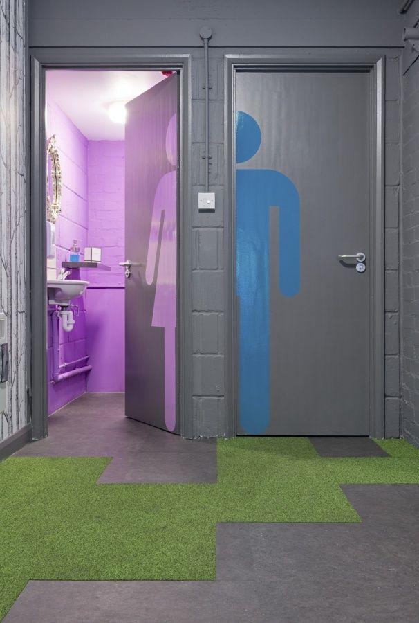 escritório, cinza, lilás, azul, grama sintética, cimento queimado, banheiros