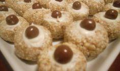 Výborné a skvěle vypadající chuťovky ze sezamu, mletých ořechů a želé bonbónů. Mňamka!