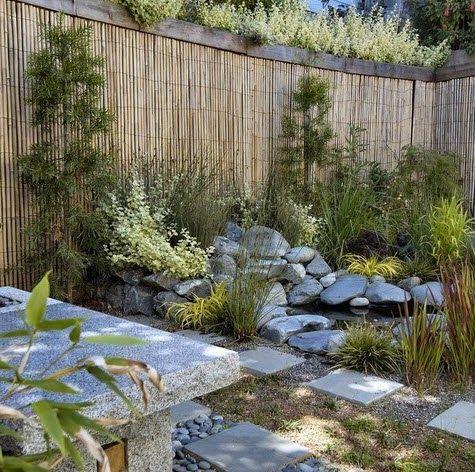 Cerco de bambú en jardín japonés