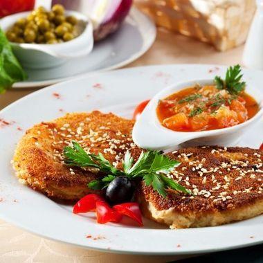 Если вы отдыхали на Ближнем Востоке, то знакомы с фалафелем. Это  вегетарианские фрикадельки и котлеты из бобовых, которые вкуснее любых мясных блюд. Не забудьте только томатный соус!
