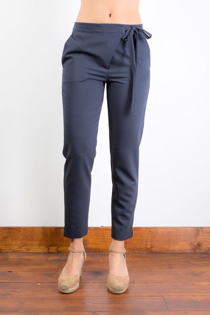 Vestibilità regular Chiusura a portafoglio con zip e bottone a scomparsa e fiocco laterale Tasche taglio uomo Fondo regolare con spacchetti laterali