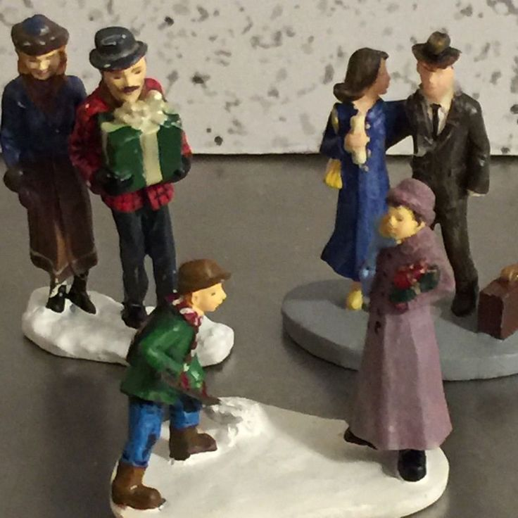 Hawthorne Village Miniature Figures Set 3 Tourist Couple Thomas Nanette Make Way