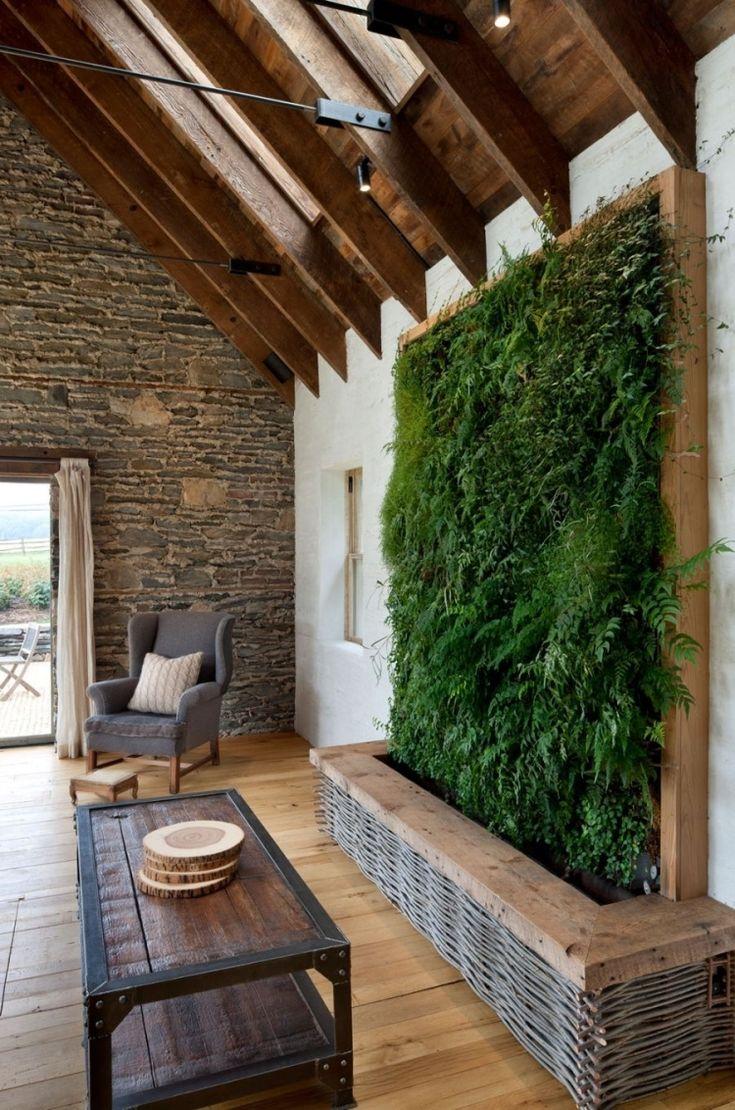 Vertikaler Garten Wohnzimmer Rustikal Dielenboden Dachschraege Natursteinwand