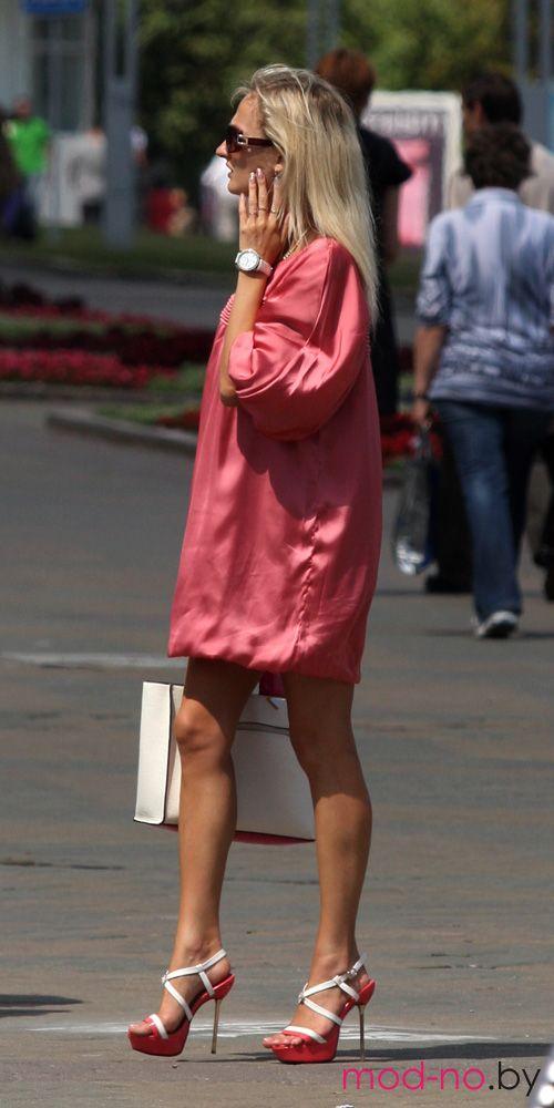 Уличная мода в Минске. Июль 2012 (наряды и образы на фото: розовое мини-платье, белая сумка)
