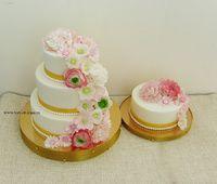 Цветы на торте сочетались с цветами в букете невесты, а маленький тортик - это для жениха и невесты