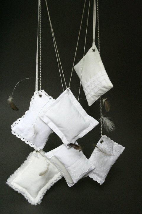 Aurore De Heusch («Bijou5″) - «Polochon» collier: Argent 925, coton, dentelles de ma grand-mère, oeillets, fil de ligature et duvet