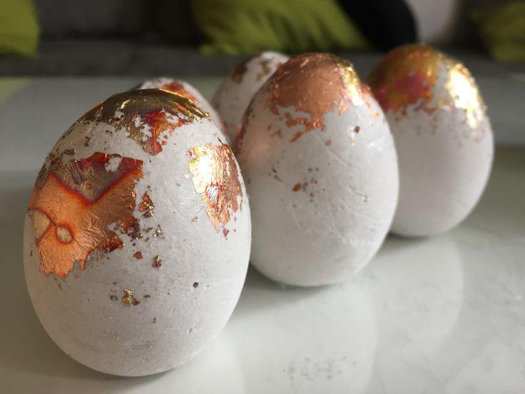 Ostereier aus Beton Jedes Jahr die gleiche Dekoration aus dem Keller gekramt und in der Wohnung verteilt, kennt ihr das? Kein Bock mehr auf den alten Schrott ?! Dann habe ich genau das richtige für euch. Eier aus…