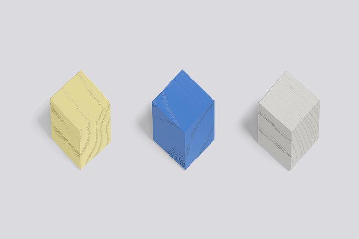 ISO Hook van Lex Pott voor HAY zijn 3 essenhoten muurhaken. Ze zijn in verstek gezaagd, waardoor het optisch lijkt alsof er kubussen op de muur zitten. (1 licht blauw, 1 licht geel, 1 licht grijs). #hay #haydesign #isohook #lexpott #design #graphic #essenhout #muurhaken #conceptstore #weidesign #weidesignandmore #hipshopshaarlem #haarlem