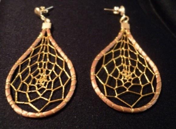 Brinco em formato de pingo em capim dourado tecido com linha dourada em formato de teia R$32,00