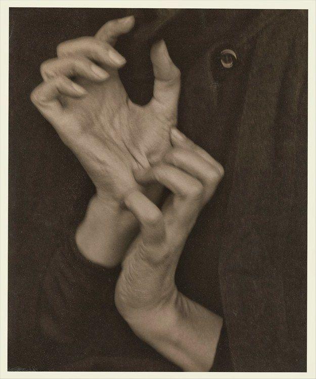 1.385.408 euros pour Georgia O'Keeffe (Hands) d'Alfred Stieglitz, 1919. | 15 photos parmi les plus chères au monde