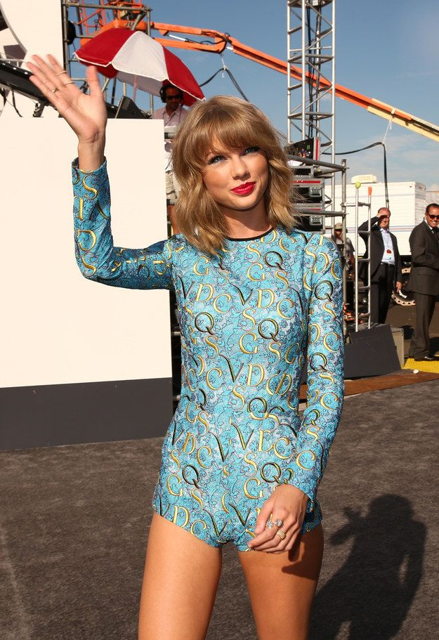 Total MISS - but hysterical! Taylor Swift | All The Looks From The VMAs Red Carpet. What does it even mean?