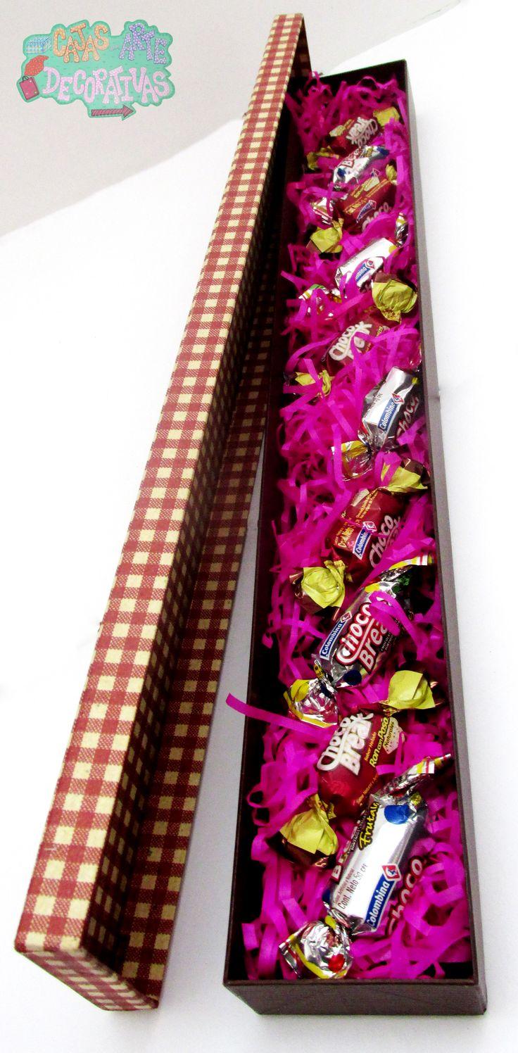 Caja larga para guardar rosas o detalles como bombones rodeado de hermosos papeles que darán vida a tu regalo !