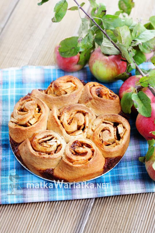 apple buns :)  http://www.matkawariatka.net/2014/08/drozdzowe-zawijance-z-jablkiem-i-masa-krowkowa/