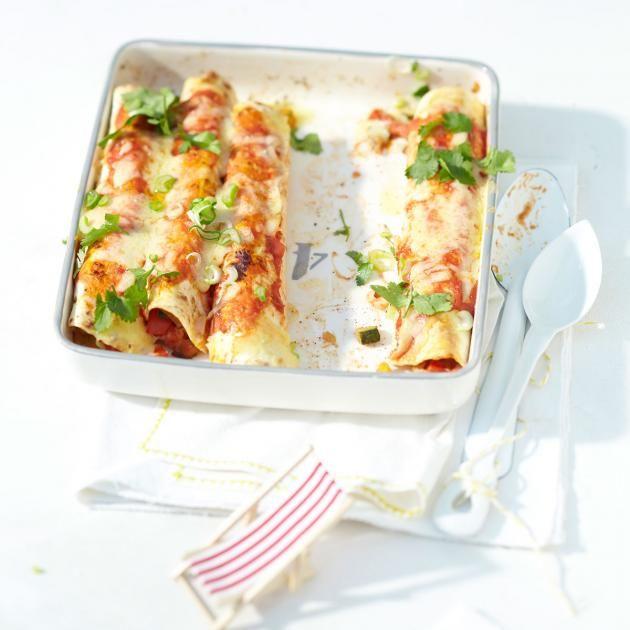 Tortillas gefüllt mit Zucchini, Aubergine und Paprika in würziger Tomatensauce, überbacken mit Cheddarkäse. Frisches Grün liefern Lauchzwiebeln und Koriander.