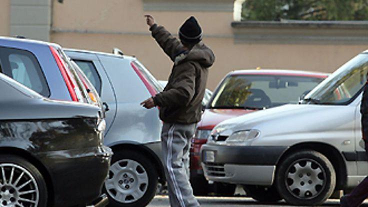 Multa parcheggiatori abusivi, cambiano le regole e aumentano le multe, fino a 1.000 euro, ma chi controlla?