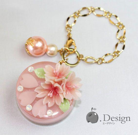 桜の砂糖菓子をブーケの用にあしらった 桜ゼリーケーキのバックチャームです。ケーキの中にも桜の花びらを3枚封じ込めています。 ミルキーカラーのスワロフスキーは ...|ハンドメイド、手作り、手仕事品の通販・販売・購入ならCreema。