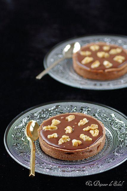 Tarte craquante au caramel, chocolat au lait et noix