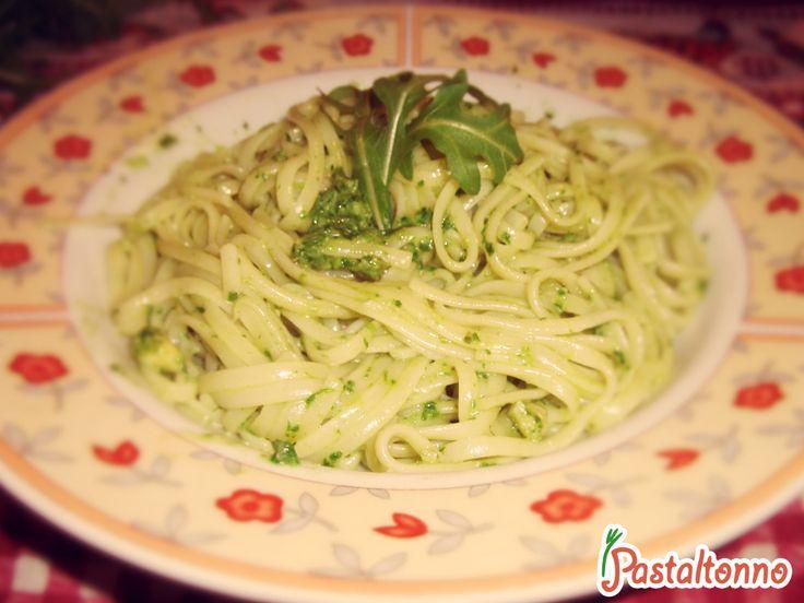 #arugula #pesto. Italian #pasta. Ricetta da #fuorisede. http://pastaltonno.it/pasta-al-pesto-di-rucola-e-noci/