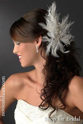 Peinados novias 2012, elegante peinado semirrecogido con raya a un lado y flequillo largo, semirrecogido con volumen en la parte alta de la cabeza y pelo largo rizado con sofisticado tocado de plumas y fantasía de perlas y cristales a un lado de la cabeza, bodas 2012
