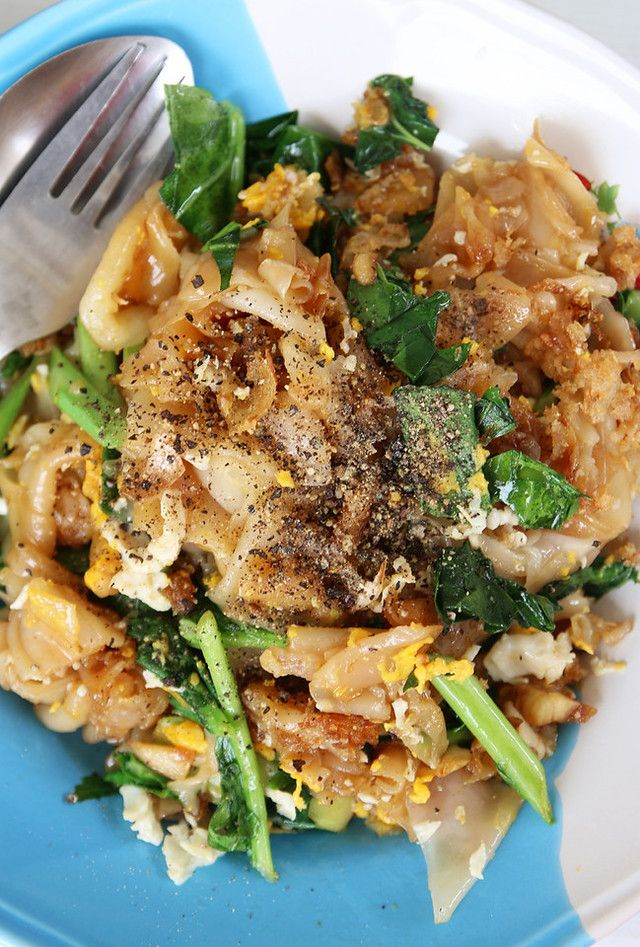 Pad see ew ผัดซีอิ๊ว (fried wide rice noodles in soy sauce – my all time favorite)