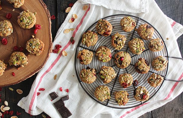 Pistachio-Crusted Chewy Chocolate Chip Cranberry Cookies (4g protein / cookie) #protein #cookies
