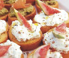 Spröda crostini med en gudomligt krämig röra baserad på getost, färskost och syrlig yoghurt. Med en vacker skiva av ett fikon har du ett snabblagat tilltugg som kommer att bli väldigt uppskattat.