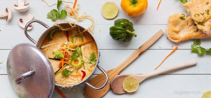 Denne suppen kan du som med supper flest, ha alt mulig rart i. Utvid gjerne ingredienslista eller bytt med noe du liker ekstra godt! Bitene i denne suppen skal være tynne og fine - så kjøp gjerne litt små råvarer, for eksempel snackgulrøtter og mini-squash. Prøv denne smakfulle vegetarretten eller en av våre mange andre vegan- og vegetaroppskrifter.