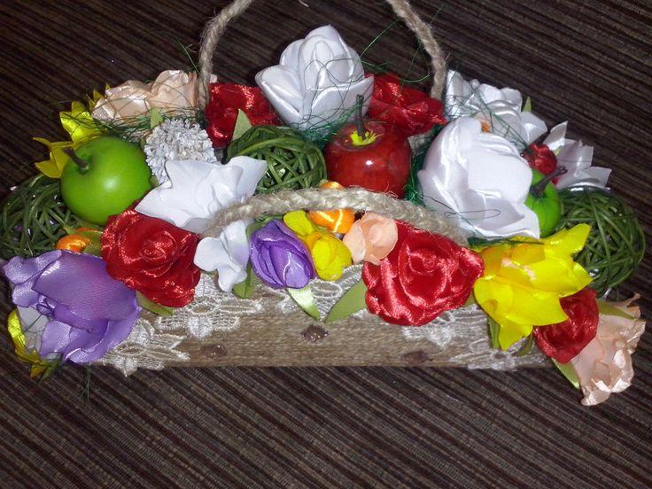 jutowy koszyk z atłasowymi kwiatami