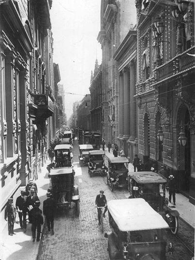 Calle Corrientes antes de su ensanche, esquina Florida. Buenos Aires 1929.