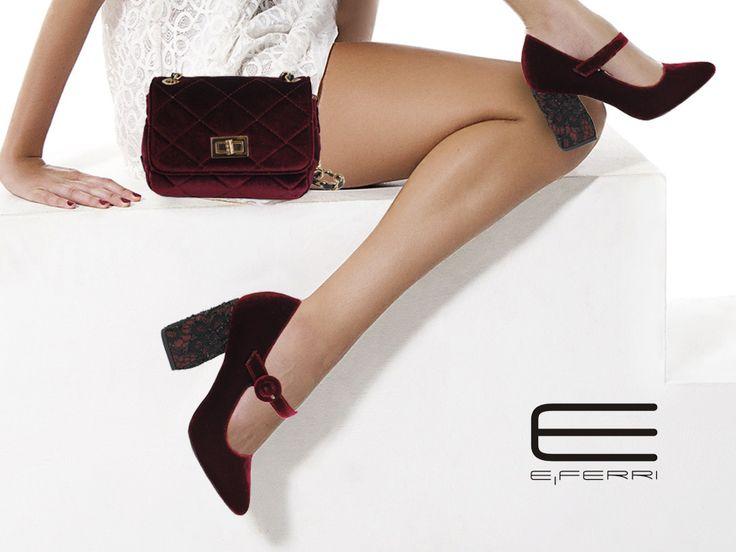 Zapatos de ante burdeos con detalle en el tacón y bolso burdeos con cierre y cadena dorados de la colección Glamour de E.Ferri.