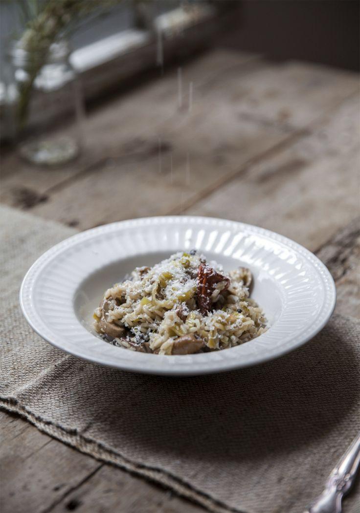 Aujourd'hui, en exclusivité, je vous présente le plat principal de notre menu végétarien : un risotto aux poireaux et champignons. Vous découvrirez mon amour pour les sacs de poireaux déjà coupés (la paresseuse et l'amoureuse des produits de qualité en moi capotent!).