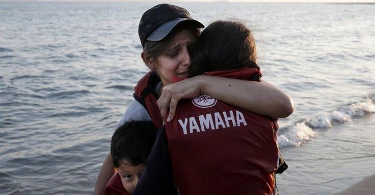20150818 - Mãe abraça seus filhos após chegar em um bote na ilha grega de Kos. Quase 110 mil imigrantes entraram na União Europeia em julho, estabelecendo um novo recorde, de acordo com dados da Frontex, agência de controle das fronteiras da UE. Sírios e afegãos, fugindo da instabilidade de seus países, representam a maioria dos imigrantes. PICTURE:Alkis Konstantinidis/Reuters