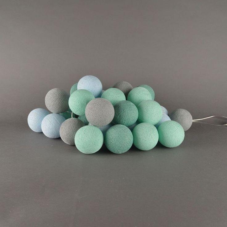 Lichtslinger Cotton Balls mint De Cotton Balls zijn gemaakt van katoengaren en hebben een omtrek van 20,5 cm. In iedere Cotton Ball zit een gaatje van ongeveer 3mm, waar je het lampje doorheen kunt steken. Het effect is geweldig! Leuk om te krijgen en leuk om te geven. Ook heel geschikt als nachtlampje en/of sfeerverlichting op de babykamer & kinderkamer. mintgroen