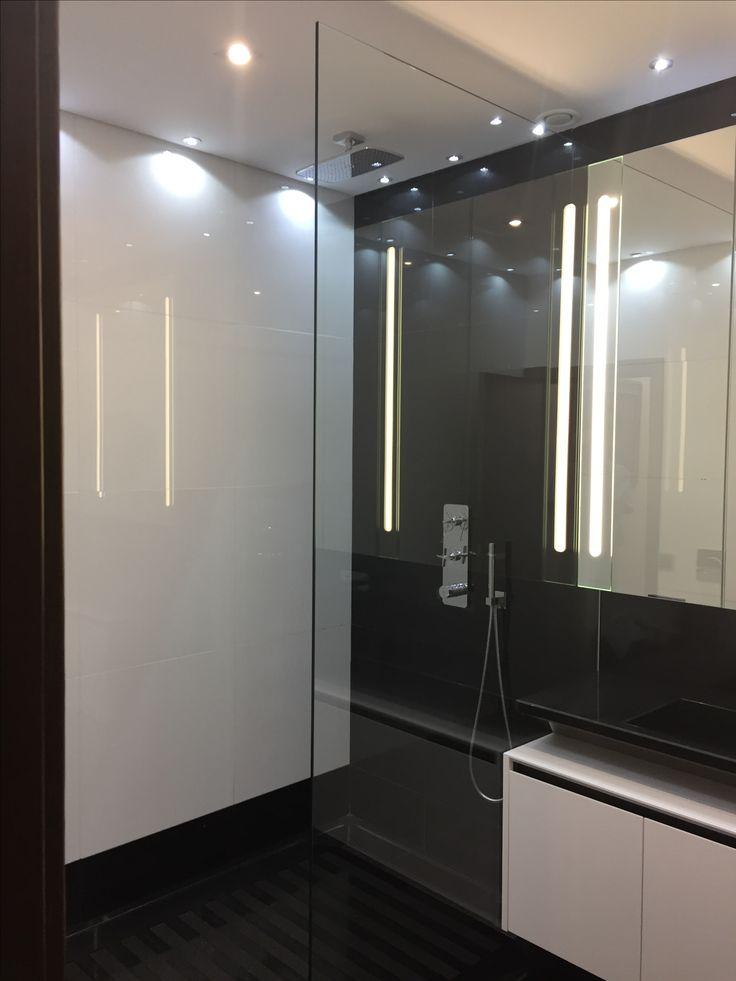 Lisbonne Portugal salle de bain douche à l'italienne granit noir Zimbabwe poli/ Quartz blanc poli robinetterie hansgrohe douche à l'italienne granit massif meuble laque V2 Créations Pierre Valcke